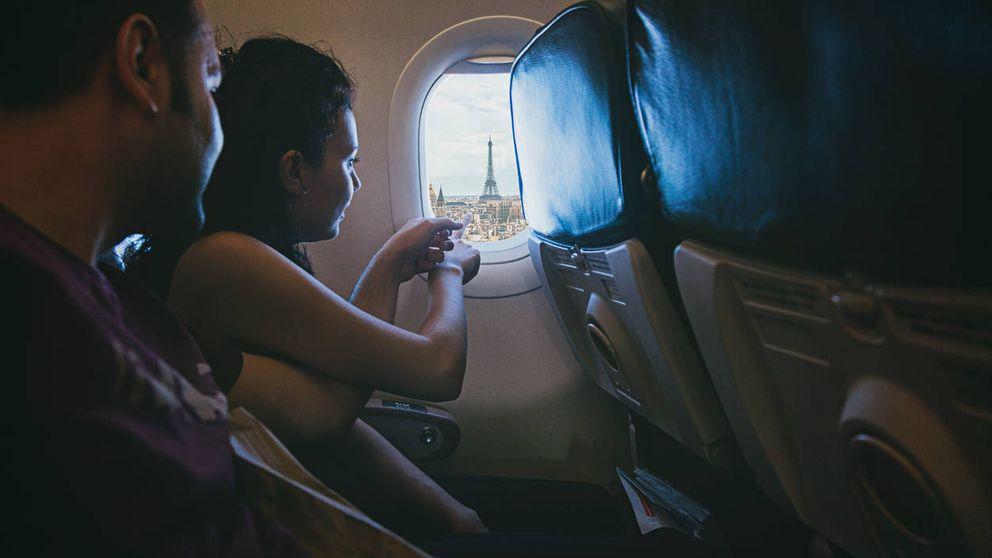 La razón por la que no alinean los asientos del avión con las ventanillas
