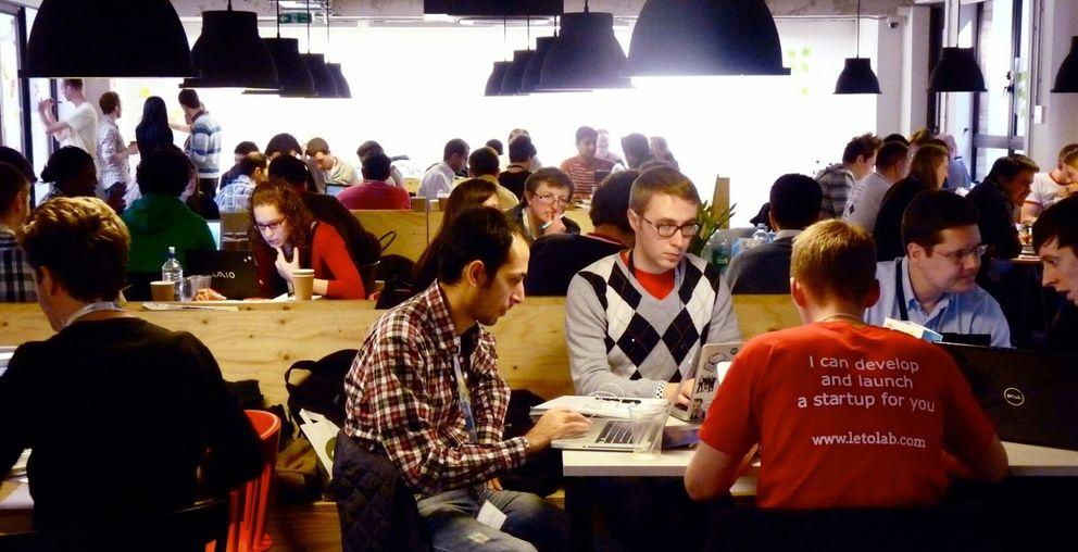 Foto: Zona de 'networking' en el campus que tiene Google en Londres
