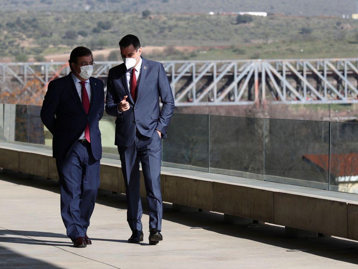 Foto: El presidente del Gobierno, Pedro Sánchez (d), conversa con en el presidente de la Junta de Extremadura, Guillermo Fernández Vara (i), en Mérida. (EFE)