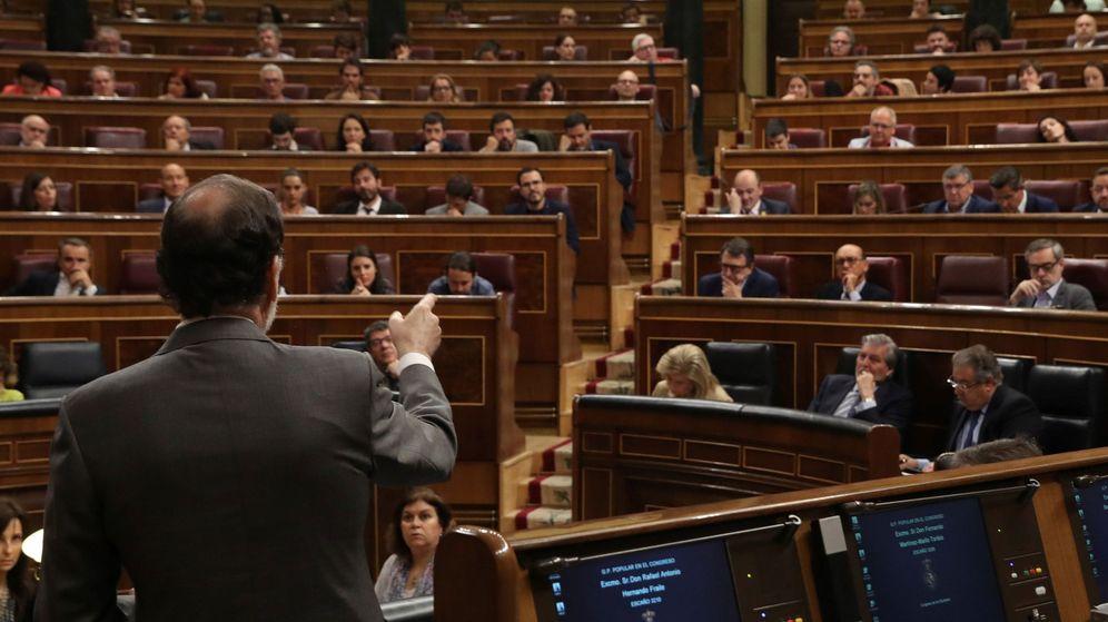 Foto: El presidente del gobierno, Mariano Rajoy, se somete al control de la oposición en el pleno del Congreso   EFE