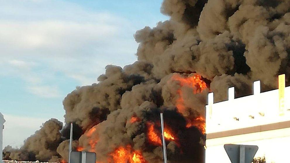 Un gran incendio en una planta de plástico provoca una nube de humo en Alcorcón