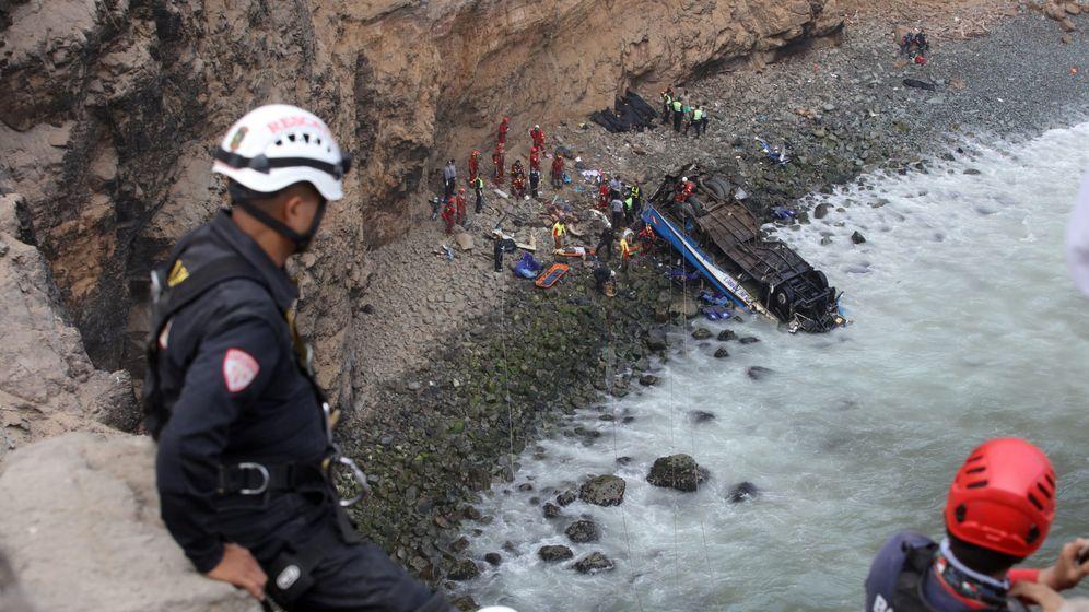 Foto: Los servicios de rescate trabajan en el lugar del accidente. (Reuters)