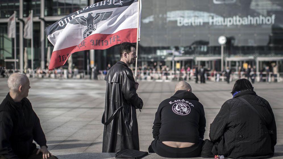 Foto: Activistas de ultraderecha con una bandera del Tercer Reich se manifiestan en Berlín, el 4 de marzo de 2017. (Reuters)