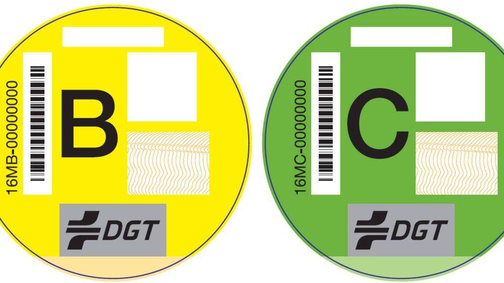 Foto: Los distintivos ambientales B y C de la DGT.