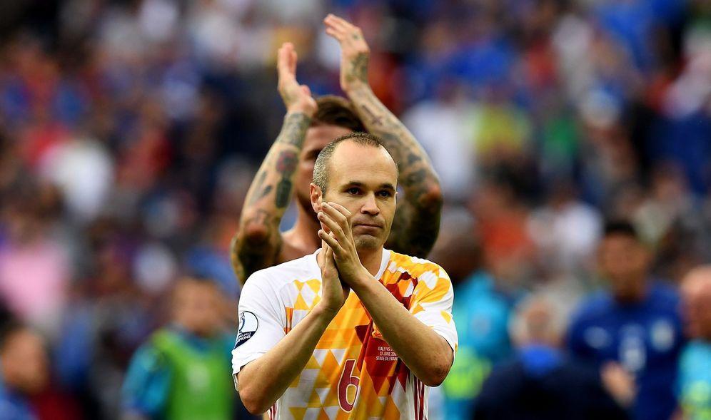Foto: Andrés Iniesta, nada más caer España ante Italia en la pasada Eurocopa de Francia (EFE)