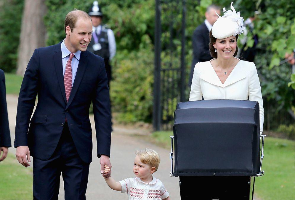 Foto: Los duques de Cambridge y el pequeño George en el bautizo de Charlotte. (Getty)