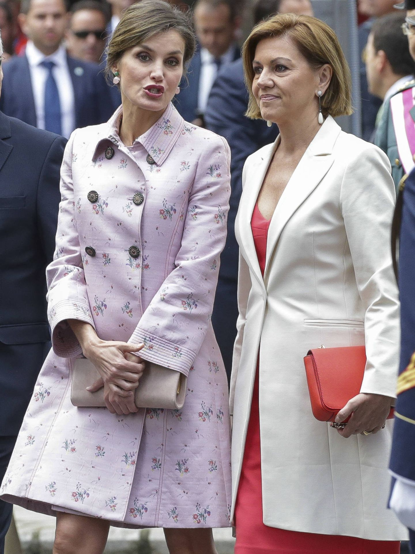 La reina, con María Dolores de Cospedal. (Gtres)