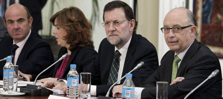 Foto: Mariano Rajoy flanqueado por Sáenz de Santamaría, Guindos y Montoro. (EFE)