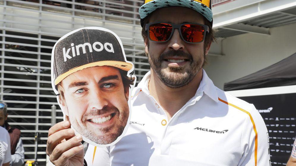 Foto: Fernando Alonso, con la careta que los organizadores distribuirán para los espectadores para su despedida. (EFE)