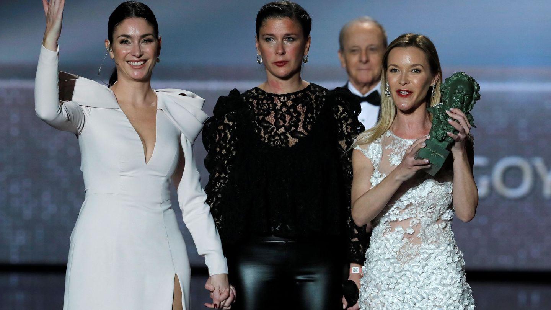 Celia, con sus hermanas, recogiendo el Goya de su madre. (EFE)
