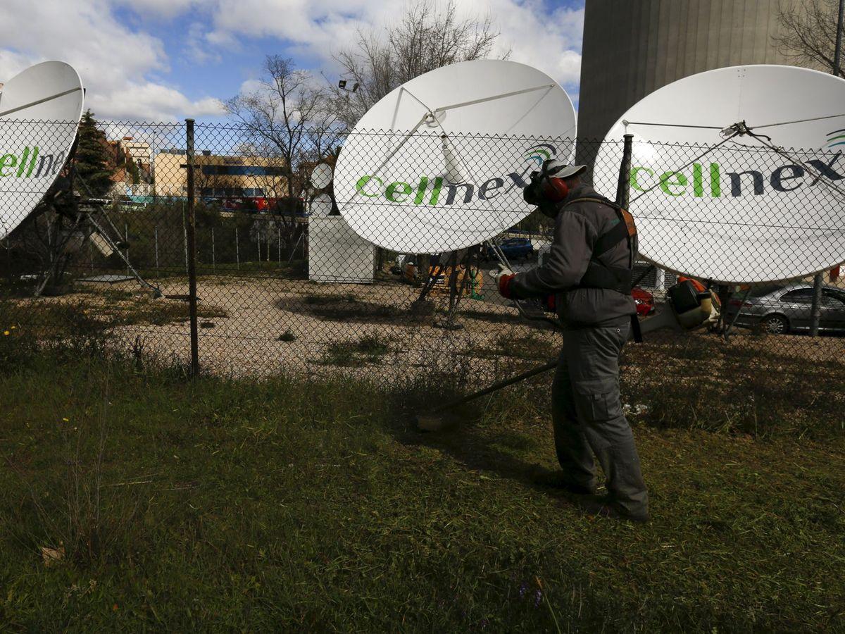 Foto: Un operador junto a antenas de Cellnex en Madrid. (Reuters)