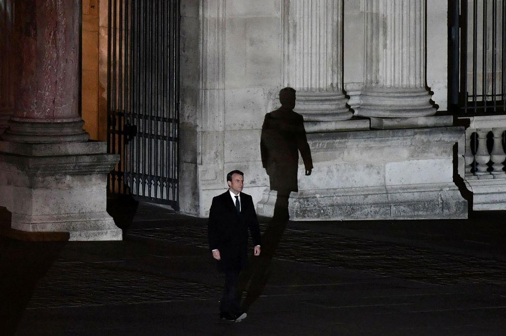 Foto: Emmanuel Macron camina hacia el escenario en la plaza del Museo del Louvre para un discurso tras su victoria, el 7 de mayo de 2017. (Reuters)