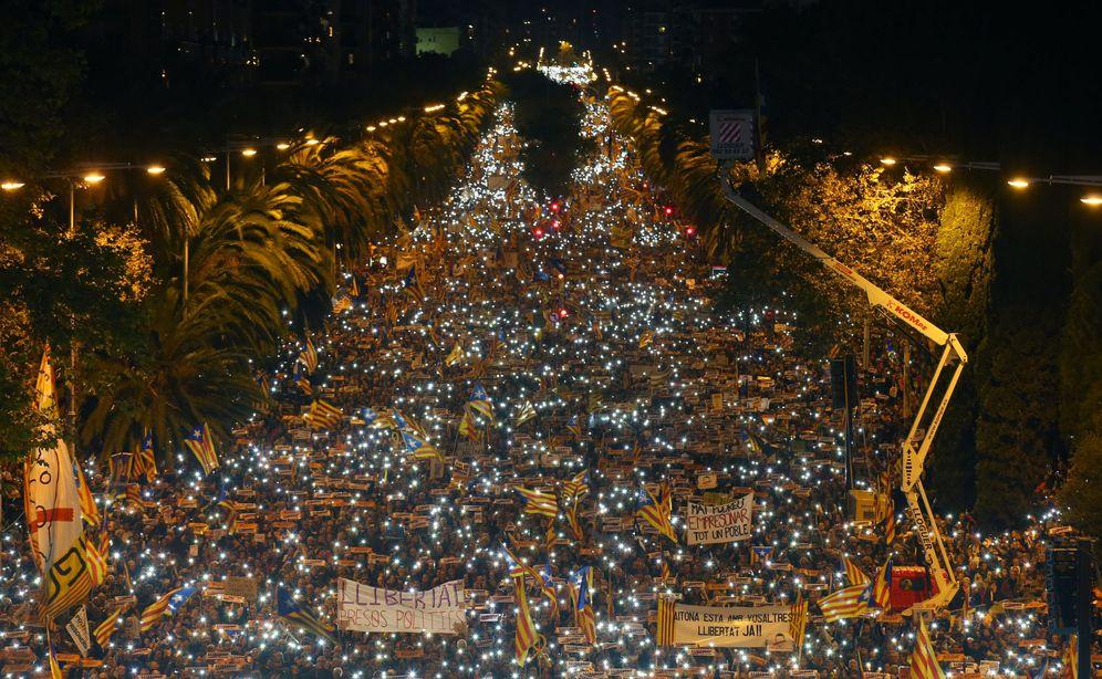 Foto: Los manifestantes encendiendo sus móviles. (Reuters)