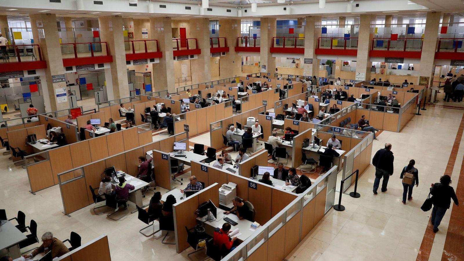 Foto: Atención presencial para la presentación de la declaración de la renta. (EFE)