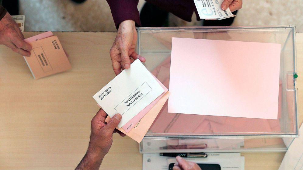 Foto: Un votante durante las elecciones generales. (EFE)