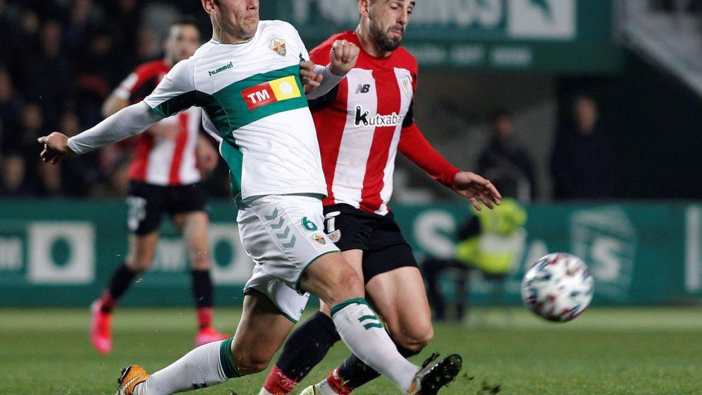 Foto: Manuel Sánchez disputa un balón con Beñat en un partido de copa. (EFE)