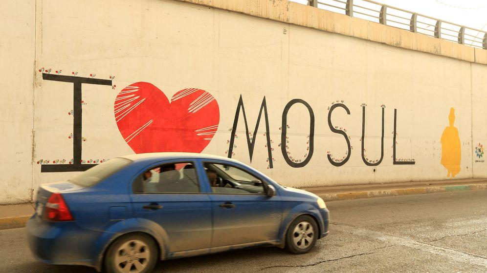 Foto: Un coche pasa por delante de una pintada positiva en Mosul, en octubre de 2018. (Reuters)