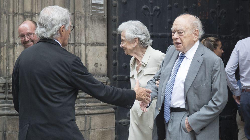 Foto: Jordi Pujol i Soley, junto a su mujer, Marta Ferrusola, saluda al exalcalde de Barcelona Xavier Trías el pasado julio en el funeral del 'exconseller' Joaquim Molins. (EFE)