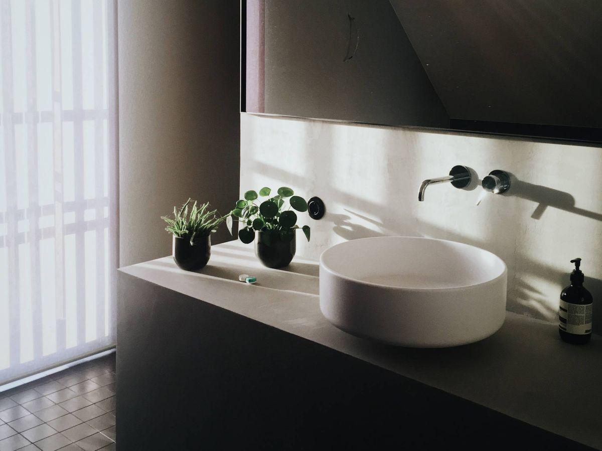 Foto: Decora tu baño con estilo industrial. (Claus Grünstäudl para Unsplash)