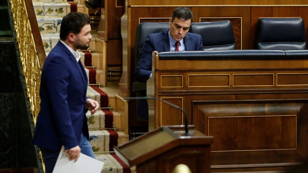 Foto: El diputado de ERC Gabriel Rufián pasa ante el presidente del Gobierno, Pedro Sánchez, tras su intervención en el pleno celebrado este jueves en el Congreso. (EFE)