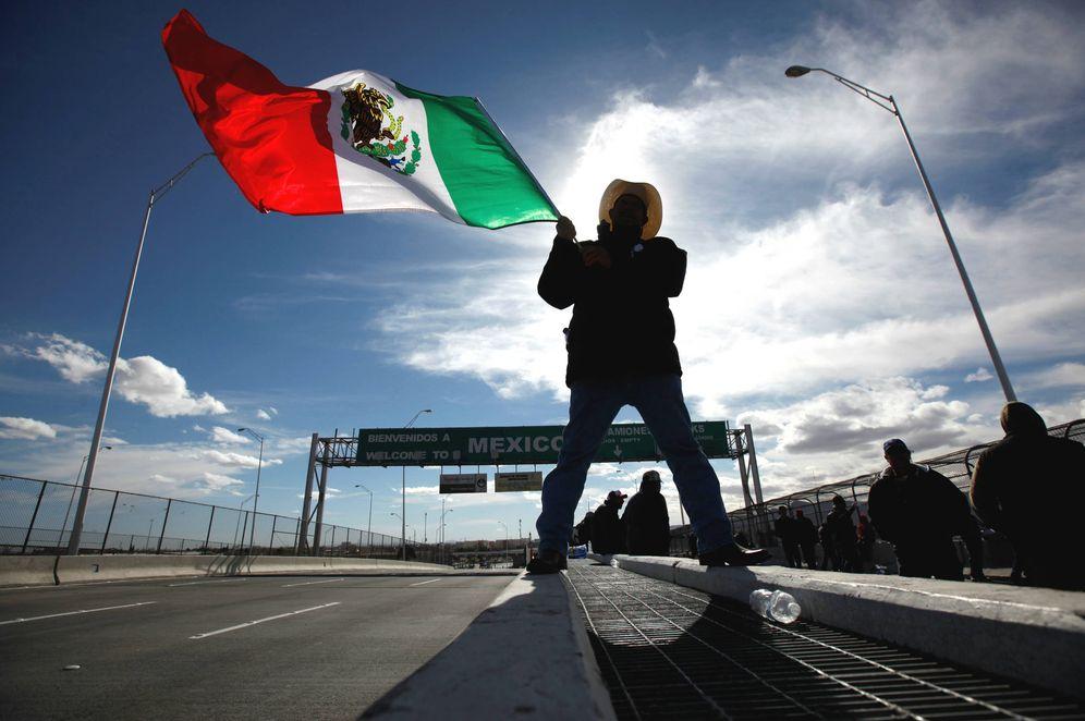 Foto: Un granjero agita una bandera mexicana durante una protesta contra la subida de la gasolina en el Puente de las Américas entre Ciudad Juárez y El Paso, en enero de 2017. (Reuters)