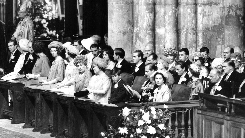 Doña Sofía, en segunda fila, rodeada por Harald de Noruega, su hermano y don Juan Carlos. (CP)