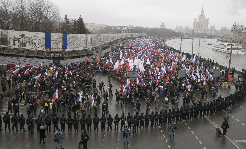 Foto: Una multitud marcha por las calles de Moscú en protesta por el asesinato del opositor Nemtsov (Reuters).