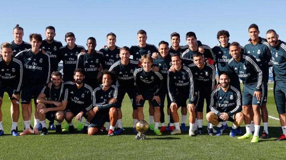 Foto: La plantilla del Real Madrid posa con el Balón de Oro de Modric. (foto vía @realmadrid)