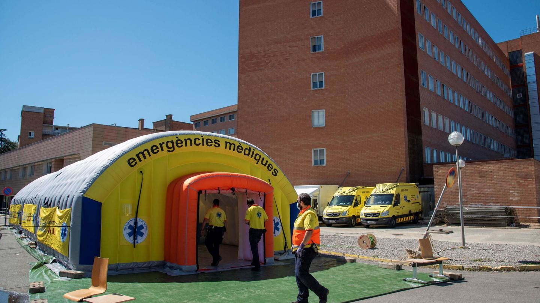 El hospital de campaña instalado junto al Hospital Universitario Arnau de Vilanova de Lleida. (EFE)