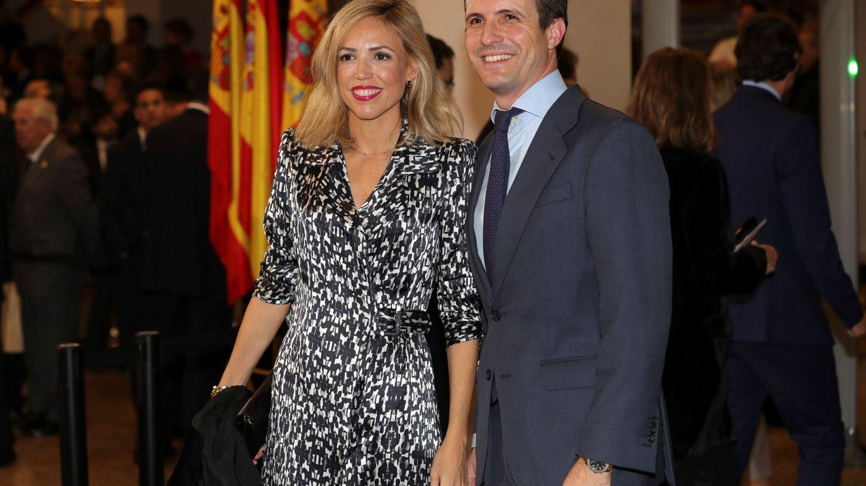 Pablo Casado y su mujer, Isabel Torres, a su llegada al concierto conmemorativo del 40 aniversario de la Constitución. (EFE)