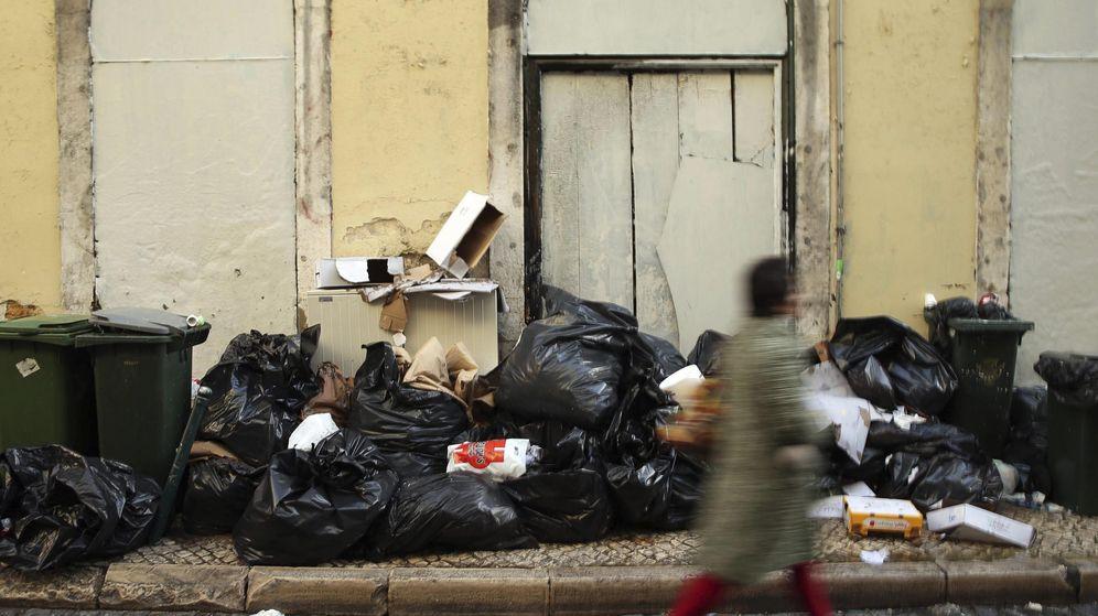 Foto: Las basuras se sacan incontroladamente a la calle independientemente del día de recogida (EFE/Tiago Petinga)
