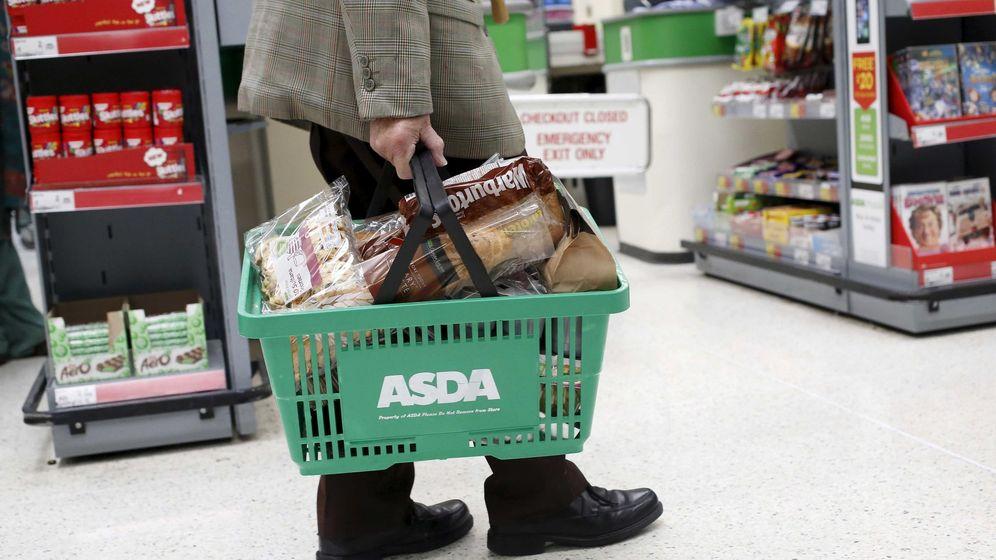 Foto: Un cliente transporta una cesta de la compra en un supermercado Asda, en el noroeste de Londres. (Reuters)