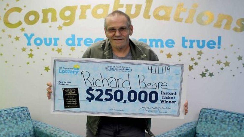 Un paciente con cáncer gana la lotería y podrá llevar a su mujer a su viaje soñado