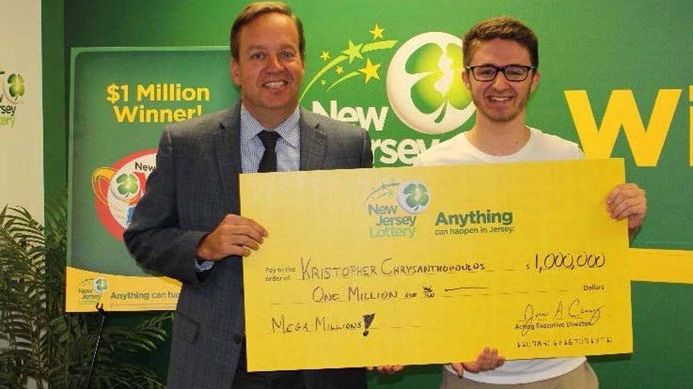 Foto: Kristopher recibió su premio que le servirá para no tener que trabajar este verano (Foto: New Jersey Lottery)