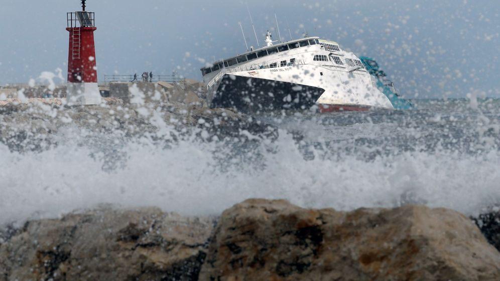 Foto: Las olas zarandean el buque 'Pinar del Río' de la naviera Balearia. (EFE)