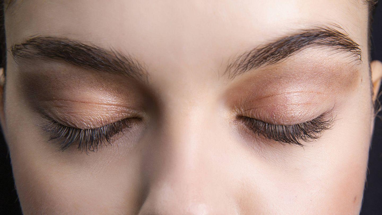 Los tonos claros reducen visualmente las arrugas. (Imaxtree)