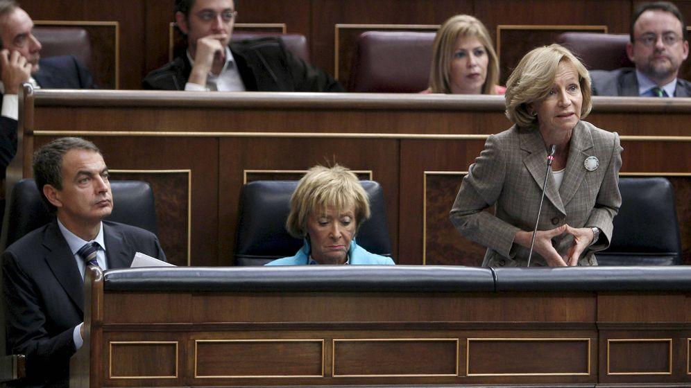 Foto: La vicepresidenta y ministra de Economía, Elena Salgado (d), junto a la vicepresidenta, María Teresa Fernández de la Vega (c), y el presidente Zapatero. (EFE)