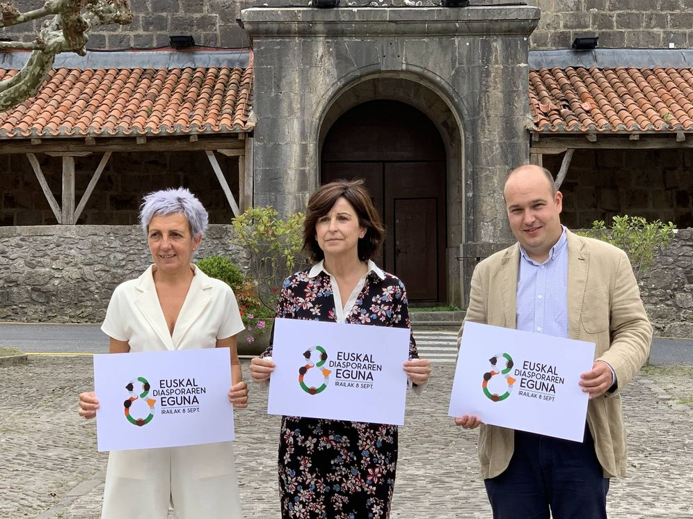 Foto: Garbiñe Sáenz de Buruaga, Marian Elorza y Gorka Álvarez presentan los actos del Día de la Diáspora Vasca en Ispaster. (EC)