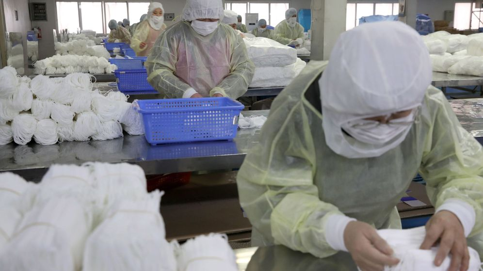 Foto: Varias personas trabajan en una fábrica de mascarillas este lunes en Nantong (China). (EFE)