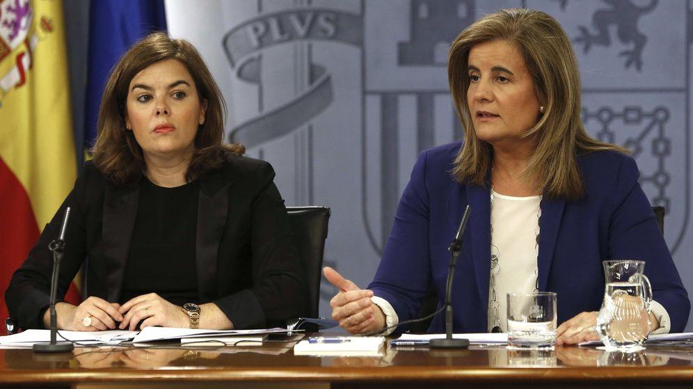 Foto: La vicepresidenta del Gobierno, Soraya Sáenz de Santamaría, y la ministra de Empleo, Fátima Báñez (d). (EFE)