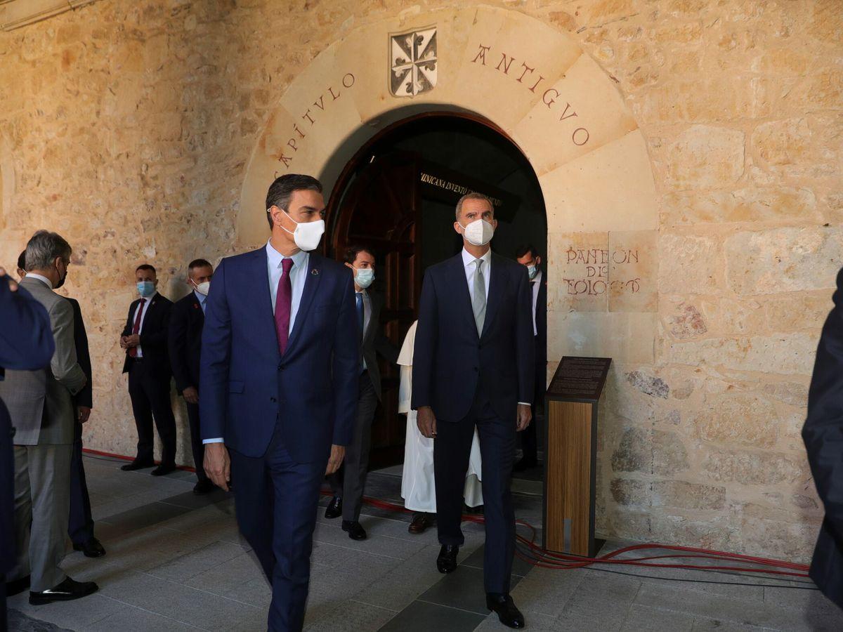 Foto: Pedro Sánchez y Felipe VI, en Salamanca. (EFE)