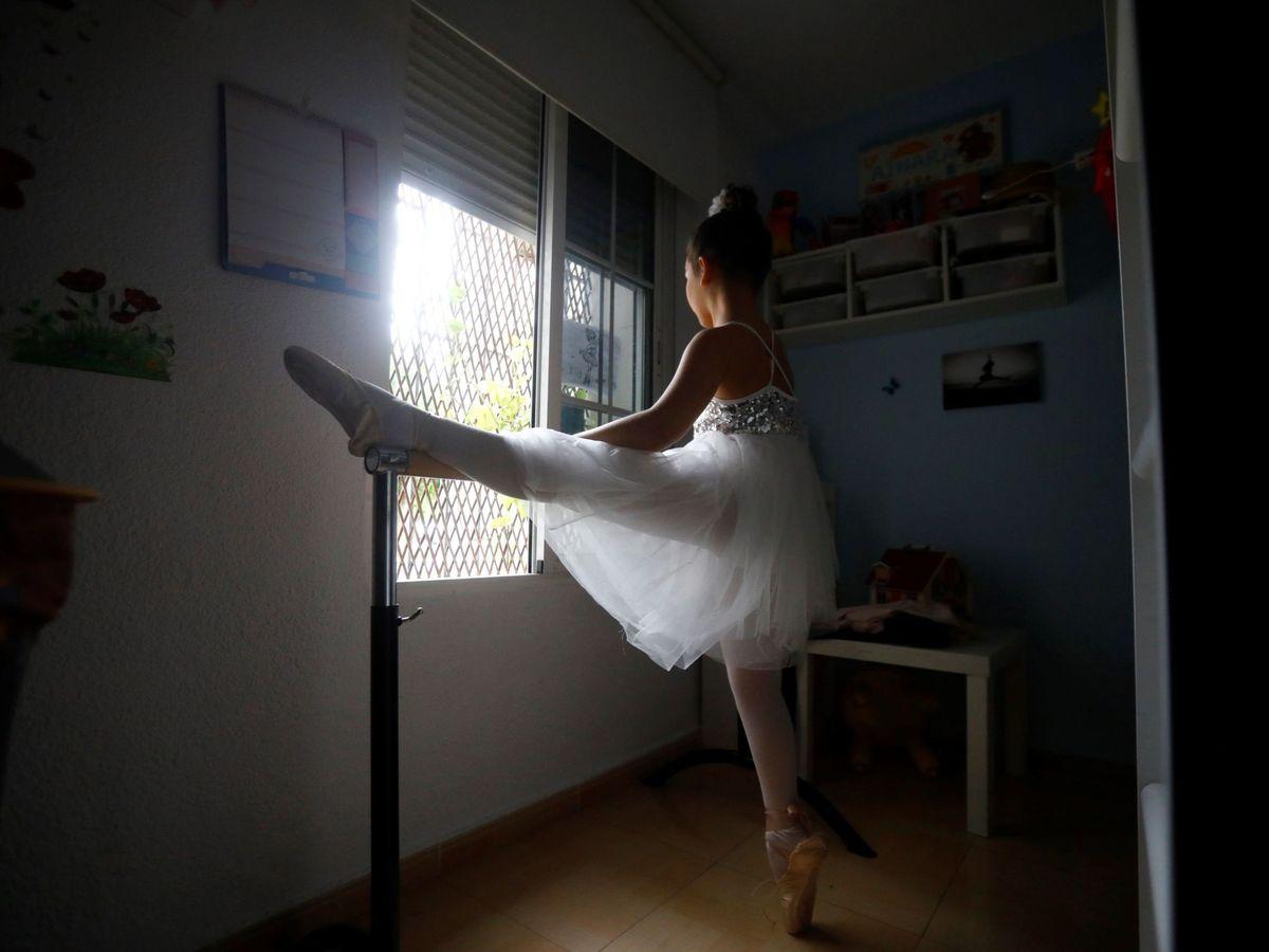 Foto: Una niña practica ballet en su casa durante el confinamiento, el pasado 17 de abril, en Córdoba. (EFE)