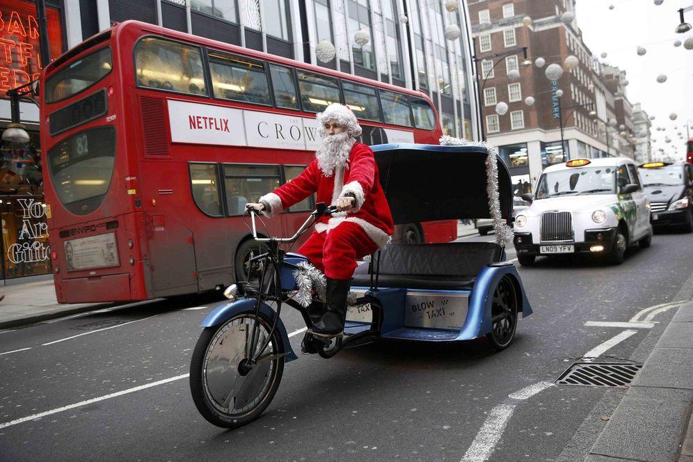 Foto: Santa Claus es avistado conduciendo un triciclo en Oxford Street en Londres, el 18 de diciembre de 2016 (Reuters)