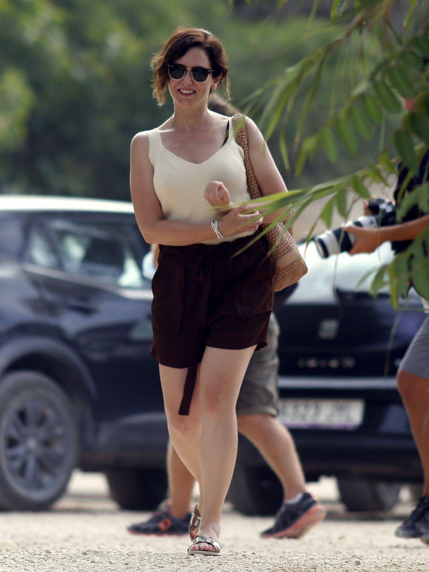 Isabel Diaz Ayuso llega sonriente y relajada a una playa en Ibiza. (CP)