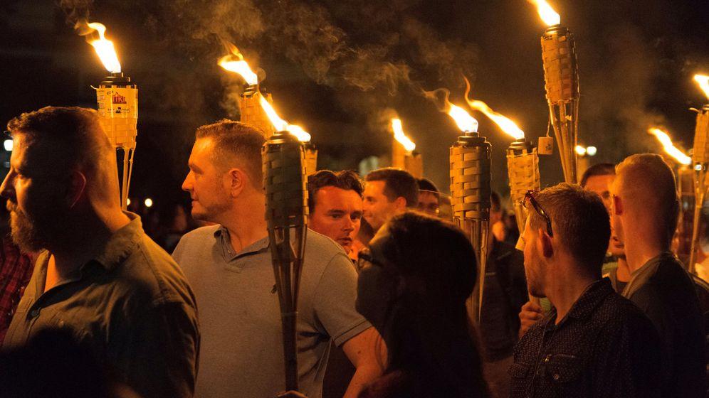 Foto: Supremacistas blancos, en la marcha en Charlottesville del pasado viernes. (Reuters)