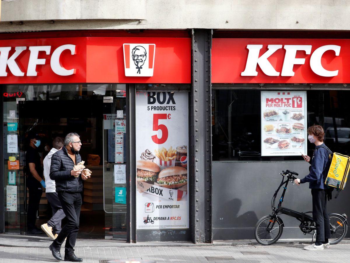 Foto: Un 'rider' a la espera de un KFC en Barcelona (Reuters)
