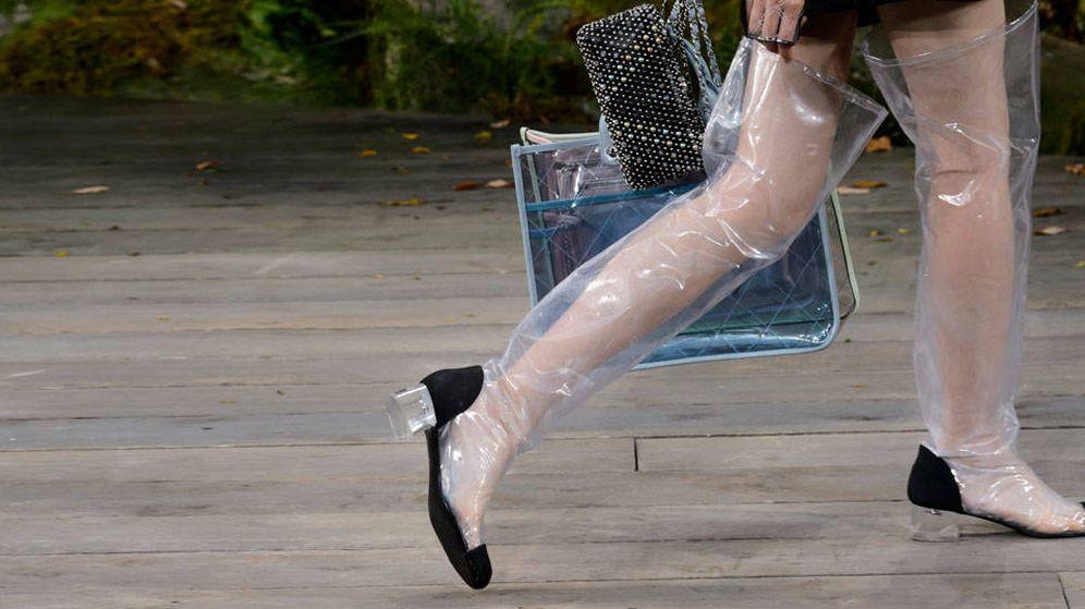 Foto: Zapatos de plástico en el desfile de Chanel S/S 2018. (Foto: Imaxtree)