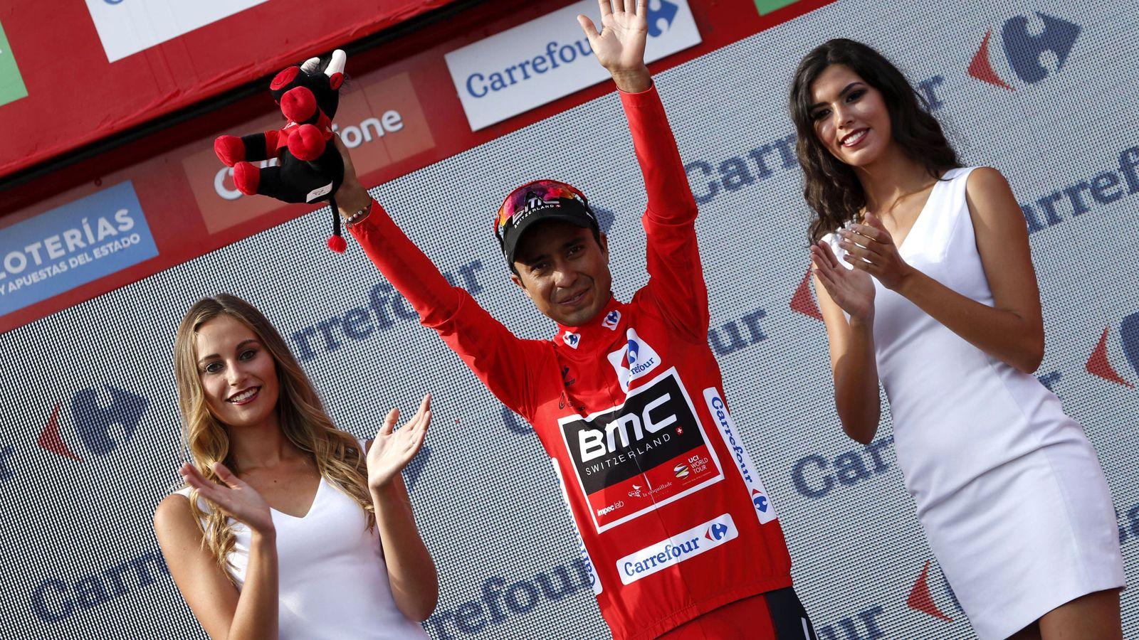 Foto: Atapuma, como líder de la Vuelta, escoltado por dos azafatas. (EFE)