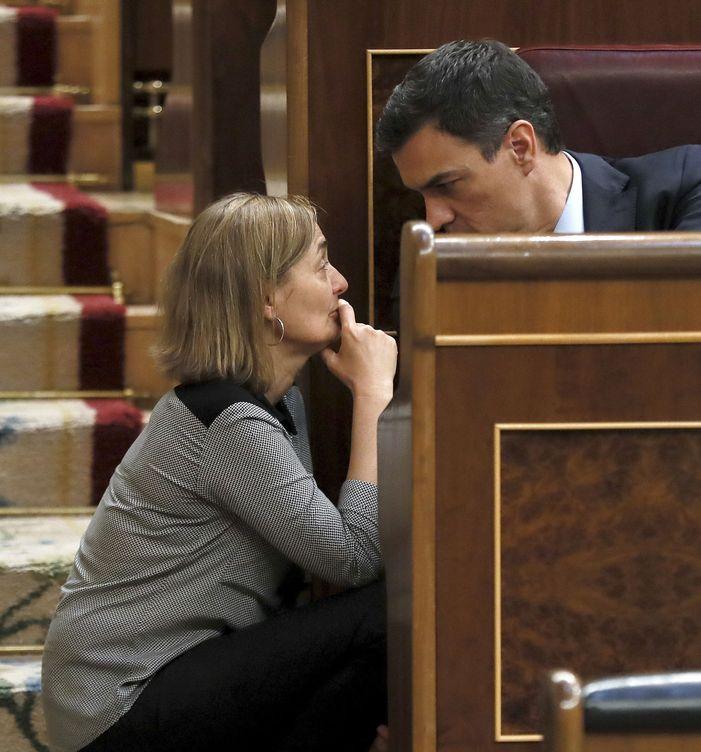 Sánchez, conversando con Luz Rodríguez en el Congreso, el pasado 6 de abril. (EFE)