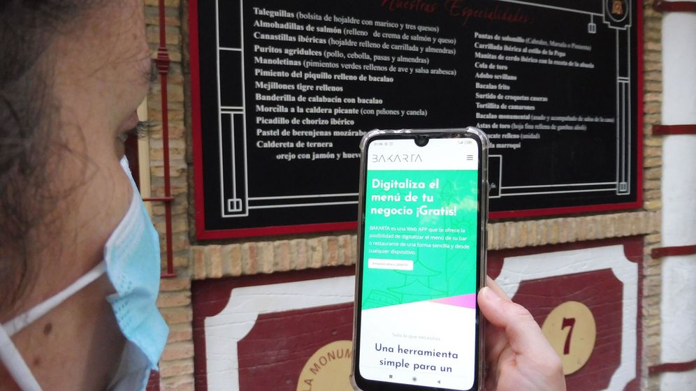 Foto: La digitalización de menús es una de las soluciones más buscadas para evitar el contacto entre camarero y cliente. (Foto: EFE)